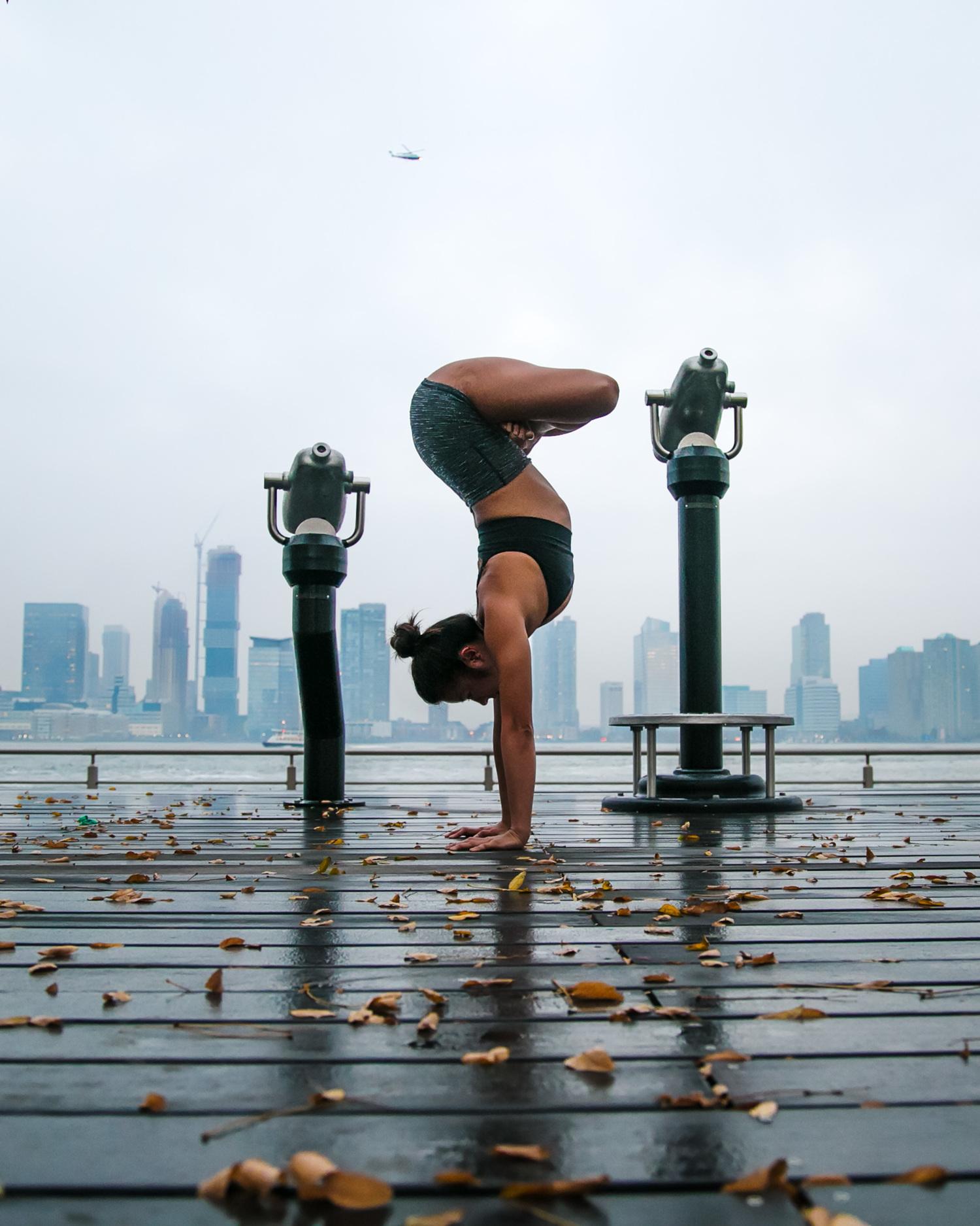 Публично: стриптиз и йога на улицах большого города