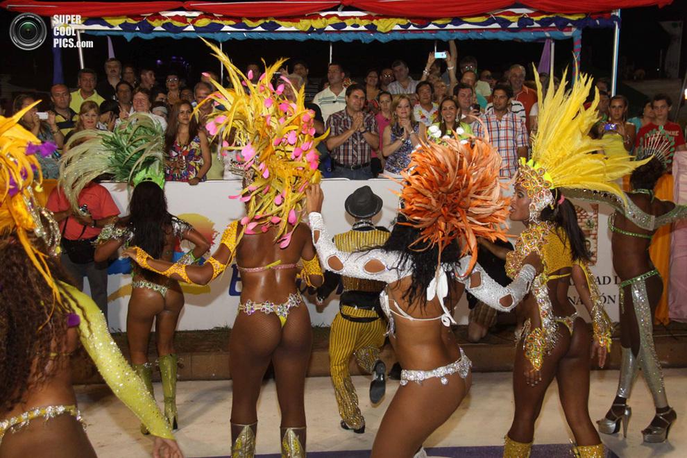 Президент Парагвая Федерико Франко (в центре) аплодируетвыступающим. (STR/AFP/Getty Images)