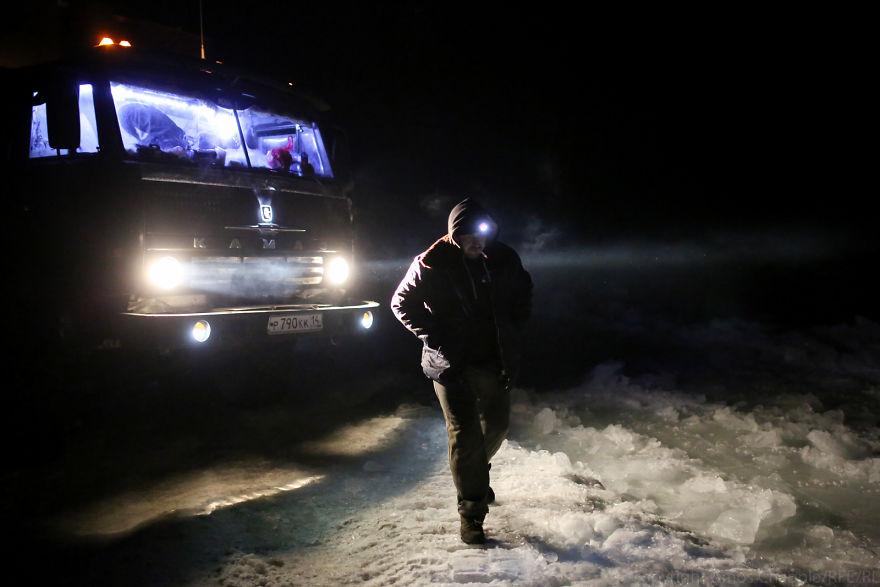 С приходом ночи стало только хуже. Вытащить грузовик так и не получилось. Ночевать пришлось там же.