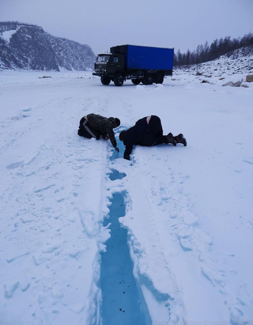 Питьевую воду водители берут прямо из реки.