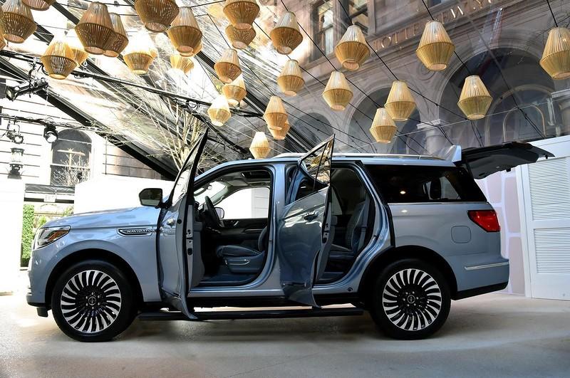 Помимо новой платформы, внедорожник обзавелся еще и алюминиевым кузовом. Точных цифр по массе автомо