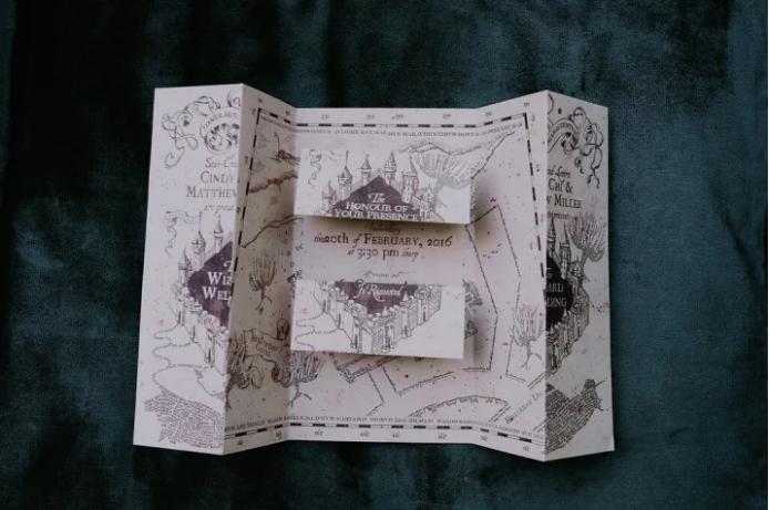 Синди сама нарисовала приглашение на свадьбу по мотивам «Карты мародеров» — с подписью: «Торжественн