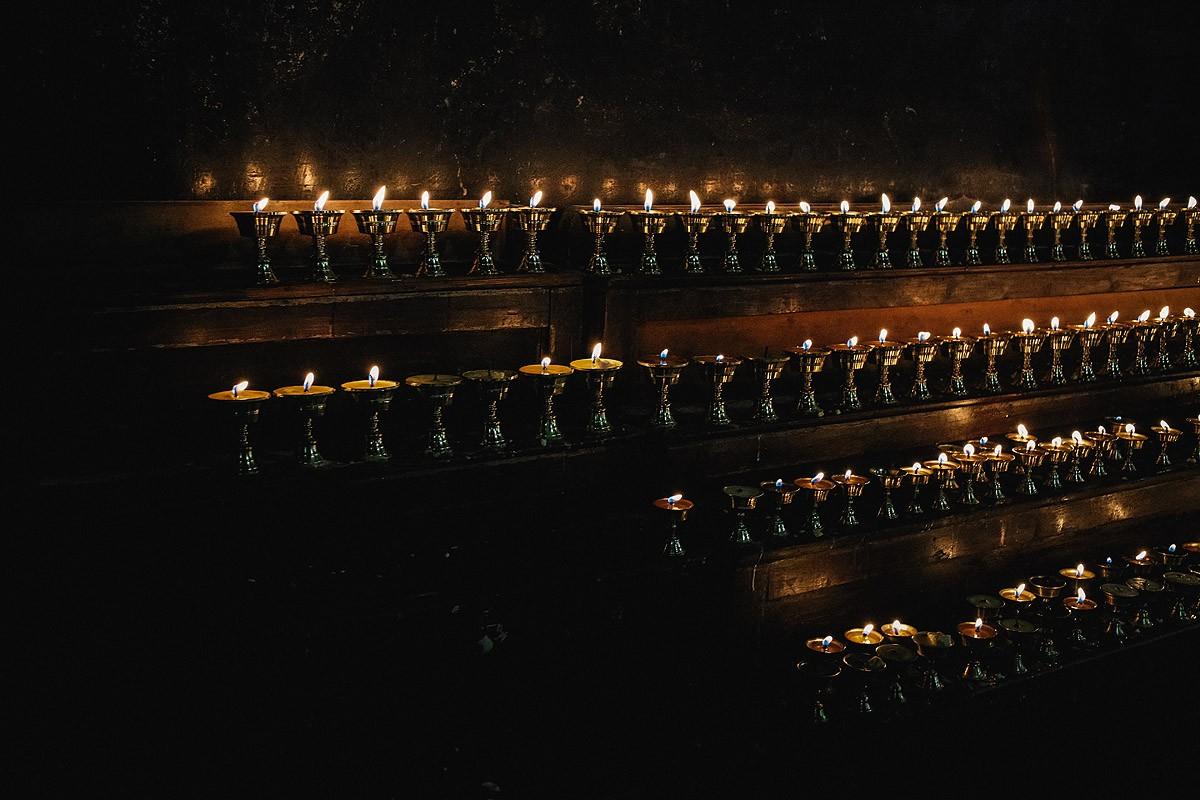 19. На алтарях по всему храму стоят светильники, одно из любимых тибетцами подношений. Они покупают