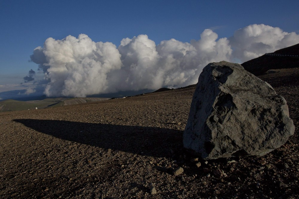 7. Валун недалеко от вершины вулкана Пэктусан в провинции Янгандо. (Photo by David Guttenfelder / AP