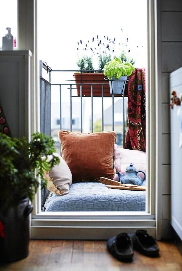 15. Гениальное решение — весь балкон превратить в большой лежак. Релакс обеспечен.