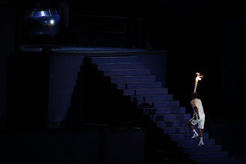 28. Известный бразильский марафонец Вандерлей Кордейру ди Лима зажигает Огонь Олимпийский игр 2
