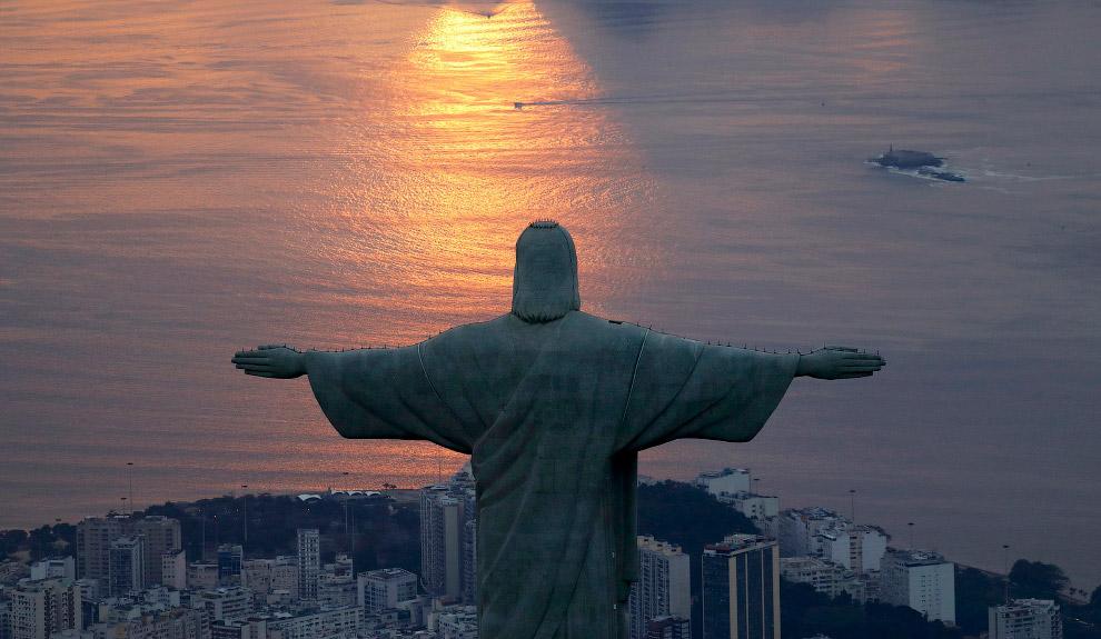 16. Католическая епархия специально хранит запас камня, из которого возведена статуя, для восст