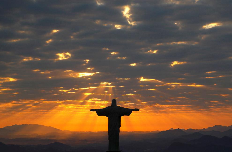 """Ну и, конечно, руферы не могли не залезть наверх этой статуи. Читайте """" Наверху статуи Христа-И"""