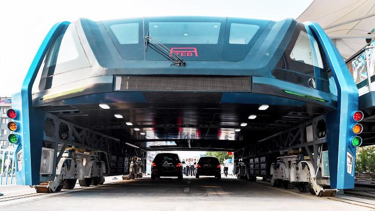 1. Транспортное средство сконструировано таким образом, что передвигается на двух опорах, для к