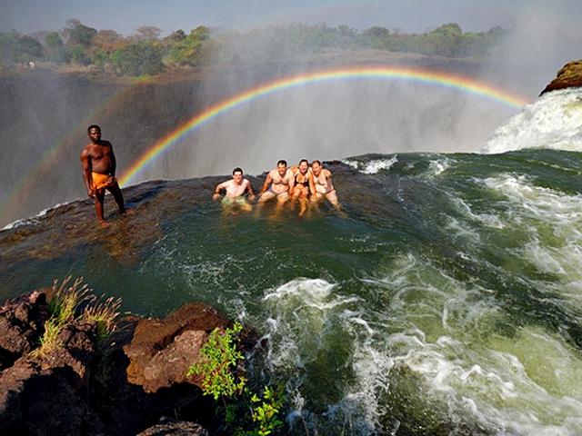 Зрелище впечатляющее. Дьявольский бассейн находится возле острова Ливингстон, на замбийский стор