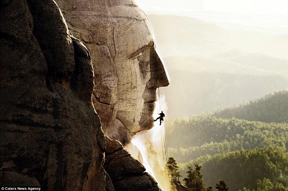 1. На фото: гора Рашмор. Торстен Мьюз выезжает в разные уголки мира по заказу правительств государст