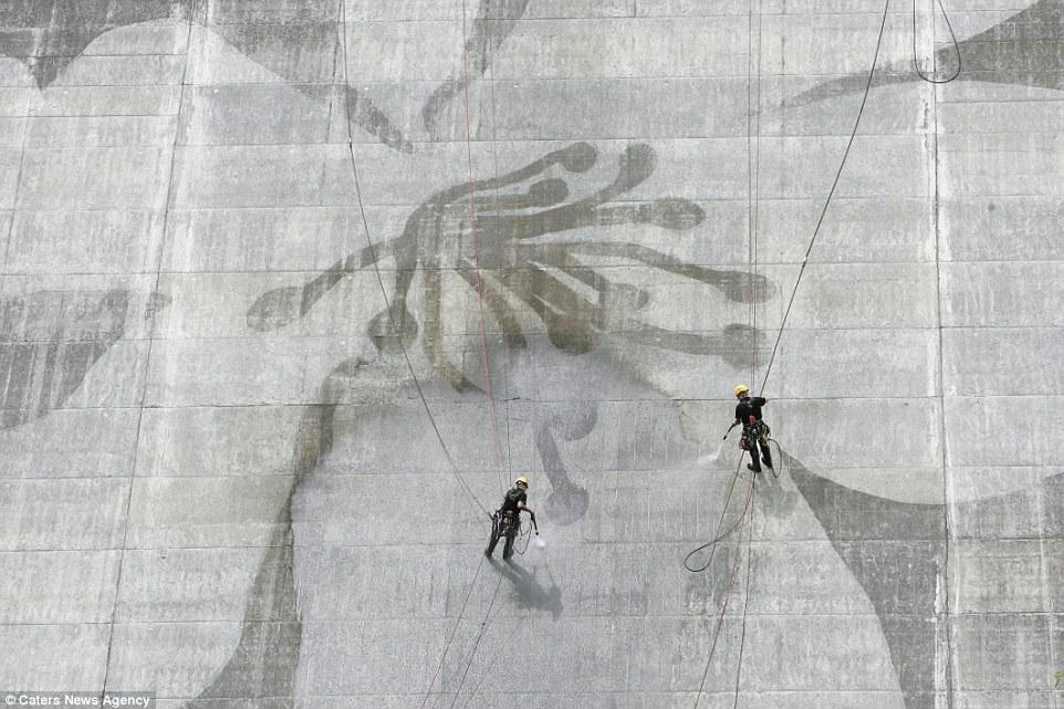 4. На фото: плотина Мацудагава в Асикаге, Япония. В общей сложности Мьюз и его команда очистили боле