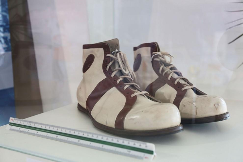 Баскетбольные туфли Увайса Ахтаева, самого высокого баскетболиста СССР (238 см), размер обуви — 54-й