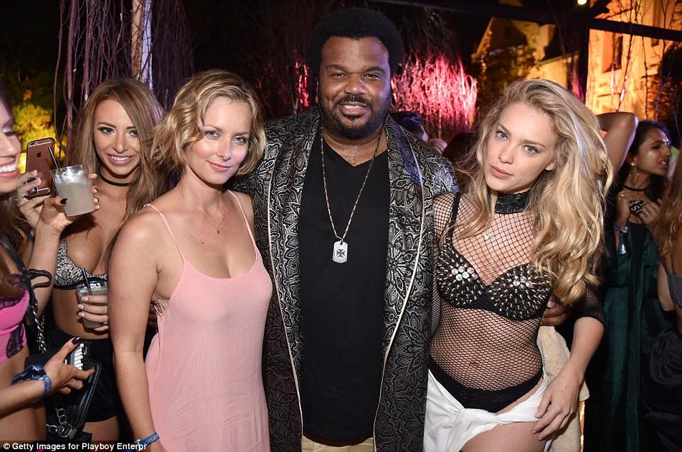 Актер Крейг Робинсон с Маркетой Янской (слева) и Кристи Гаррет, девушками Playboy.