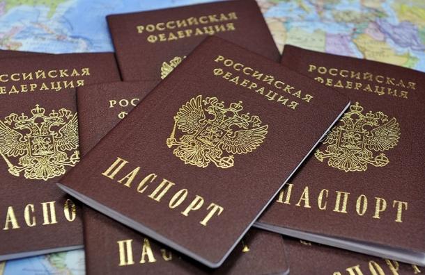 Репортер «Фонтанки» получил бюллетень зажителя другого района, показав наклейку напаспорте