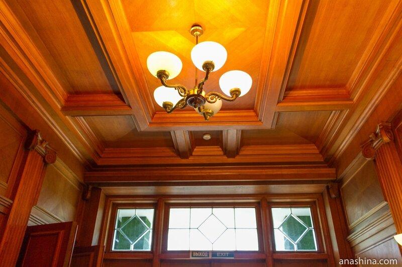 Люстра и потолок в холле