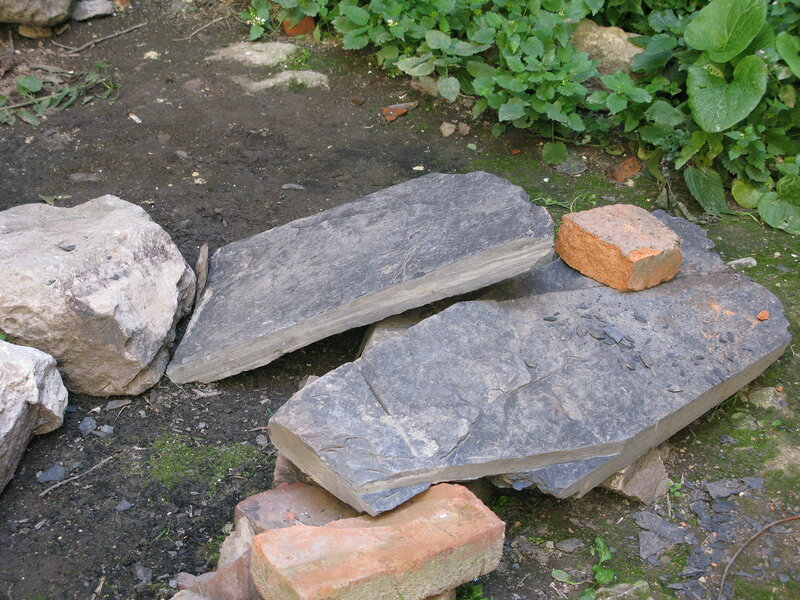 Пластины черного сланца, из которых строилась крыша
