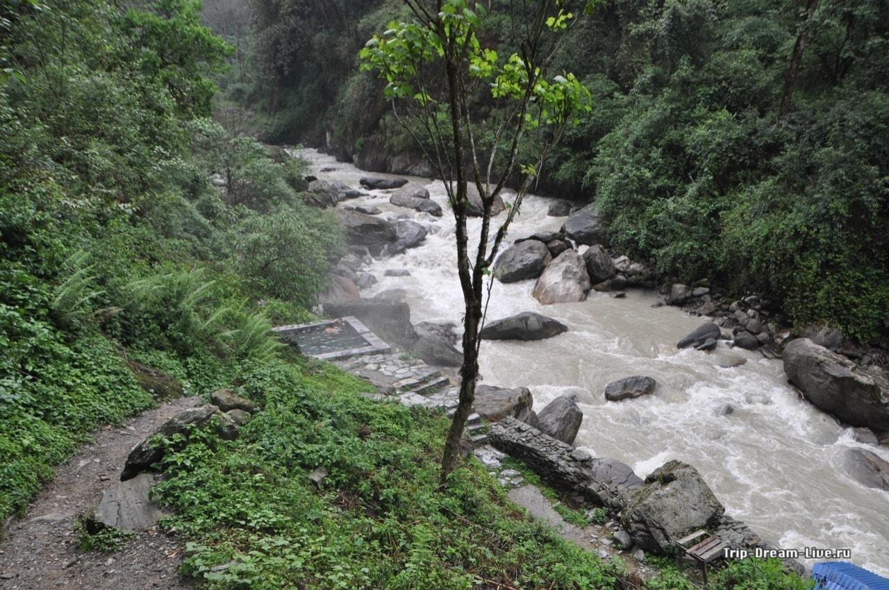Бассейны с горячей водой находятся прямо у горной реки