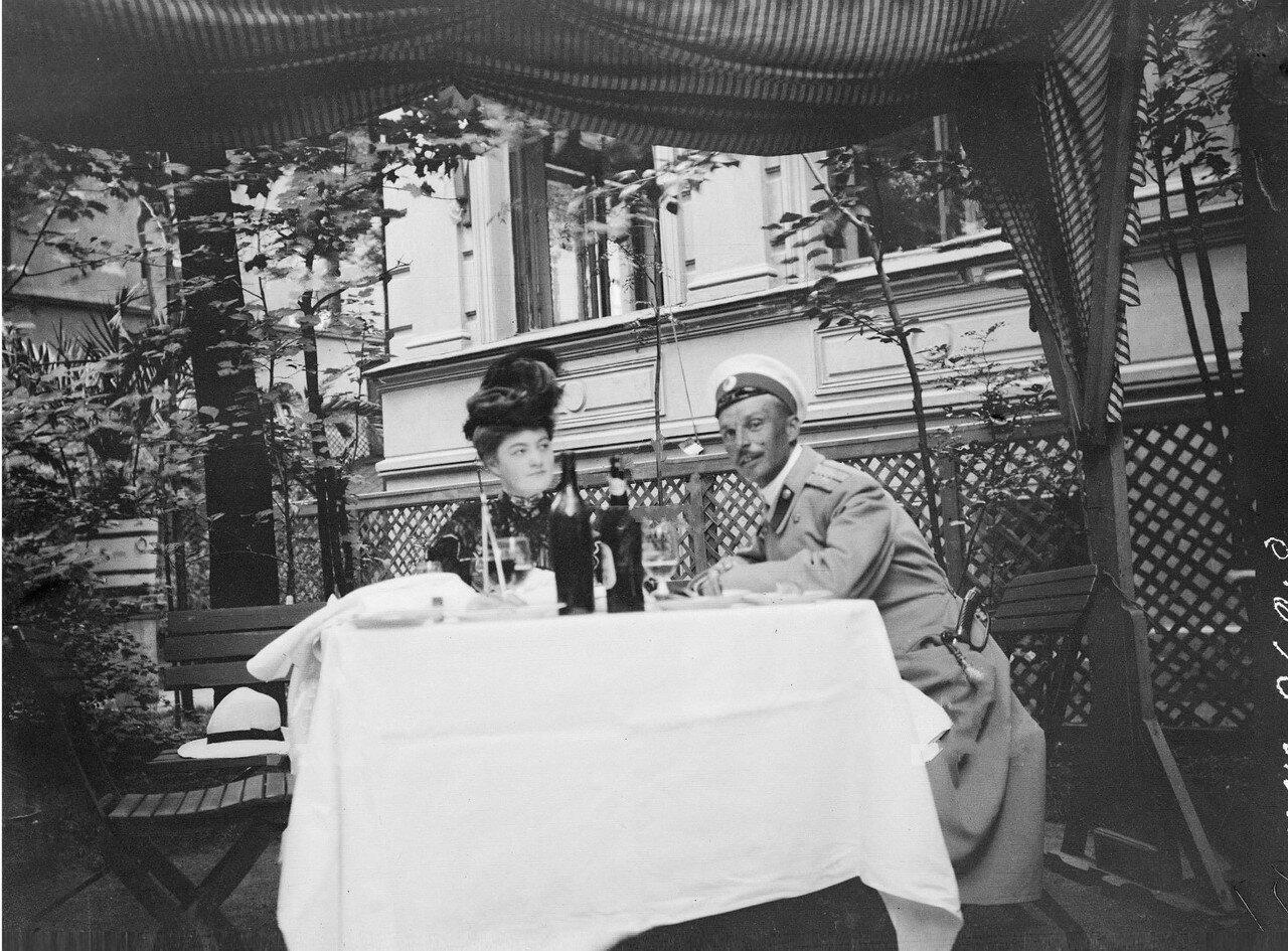 Ташкент (Сырдарьинская область). Женщина и мужчина за столом в саду