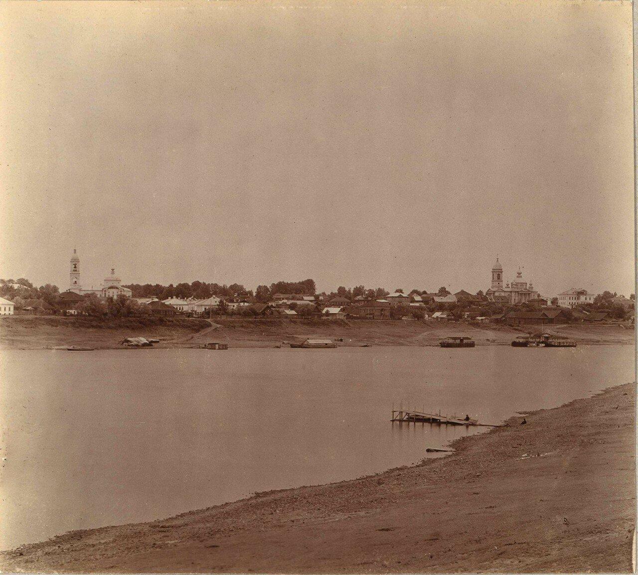 Вид на город из-за Волги