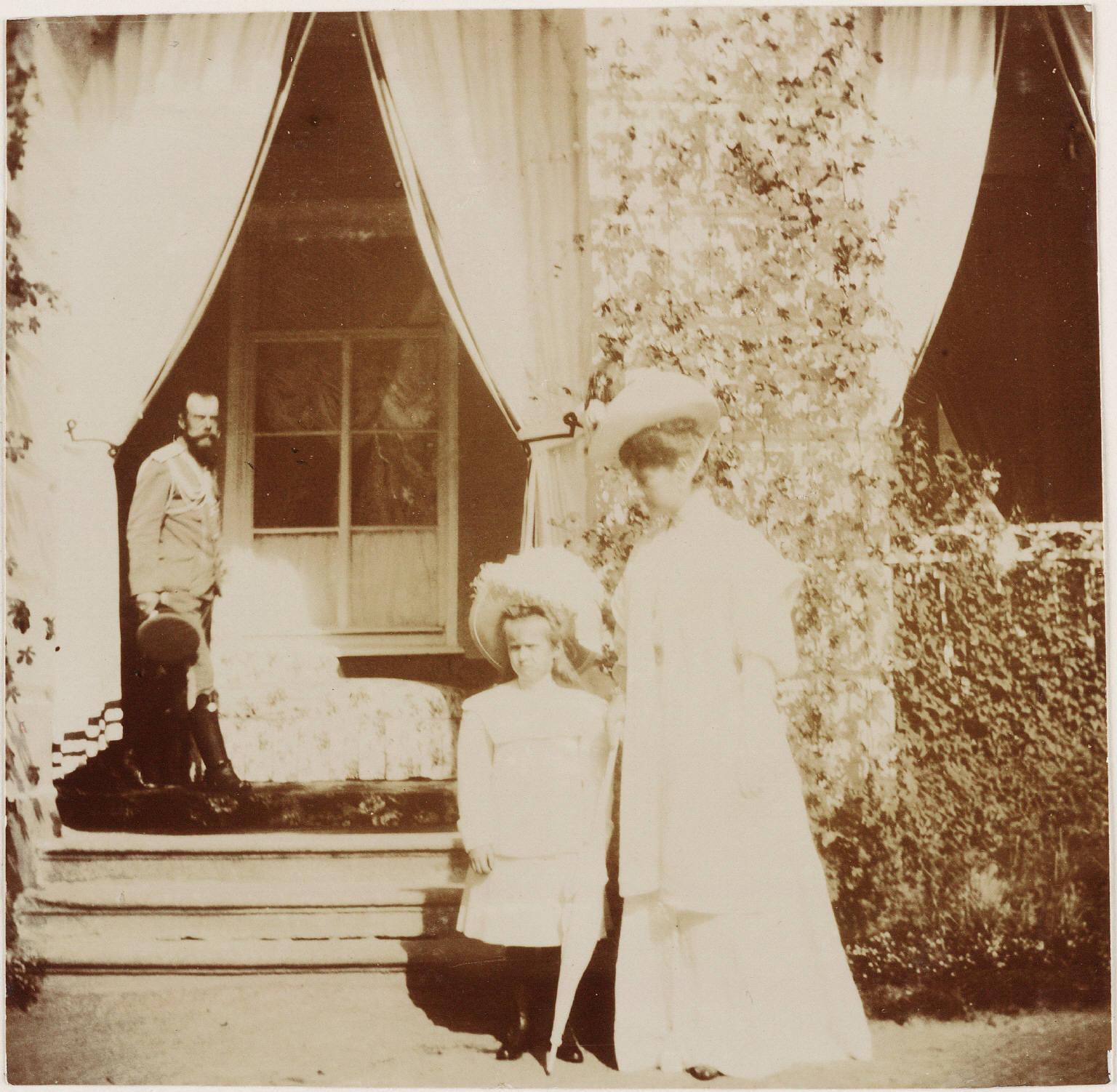 Николай II, Александра Фёдоровна и Анастасия у дворца