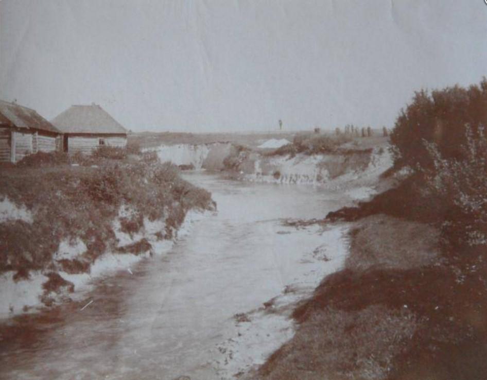 Речка Стрелка и постройки на берегу