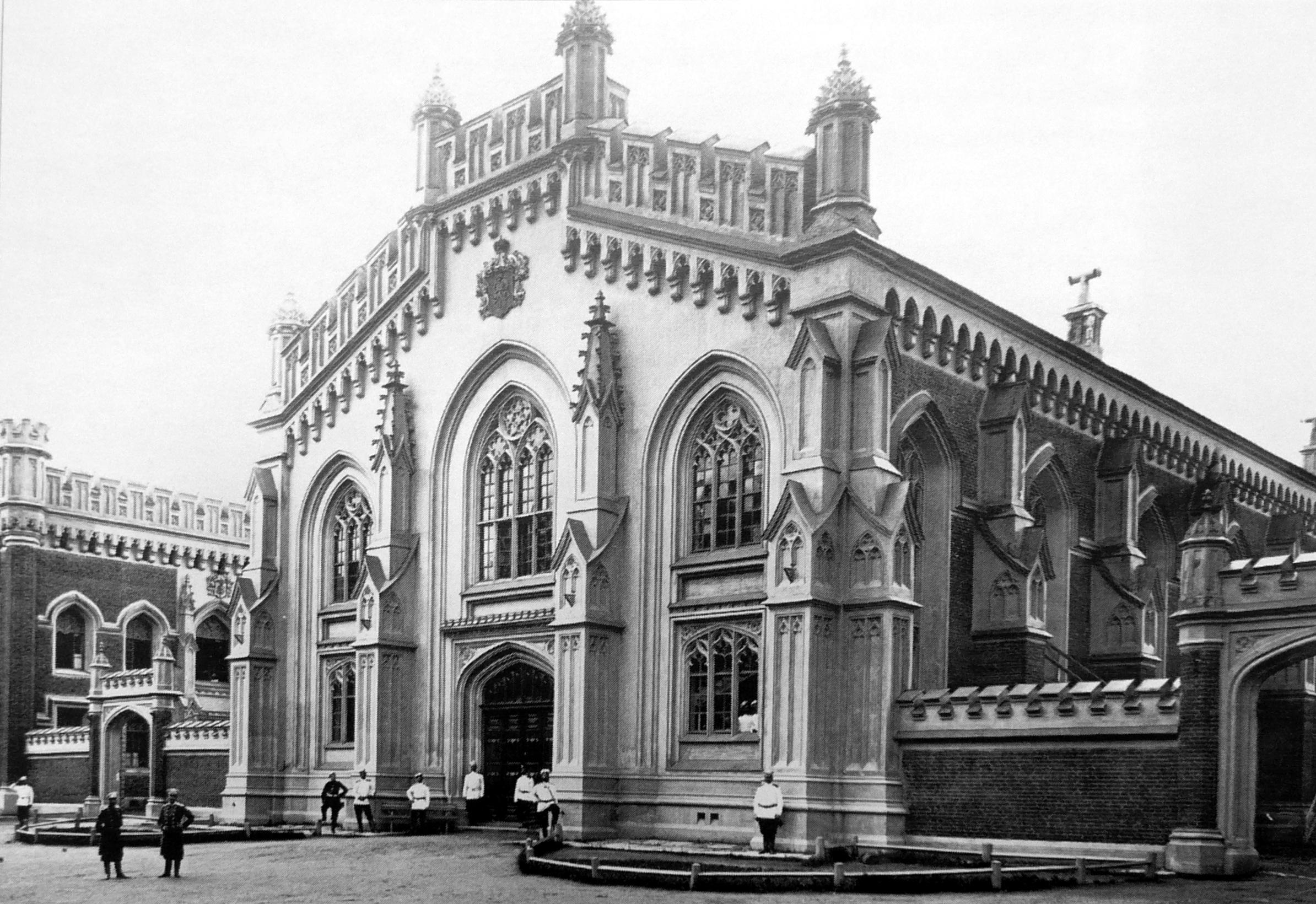 1906. Группа солдат собств. Е.И.В. Сводно-пехотного полка у здания временных казарм