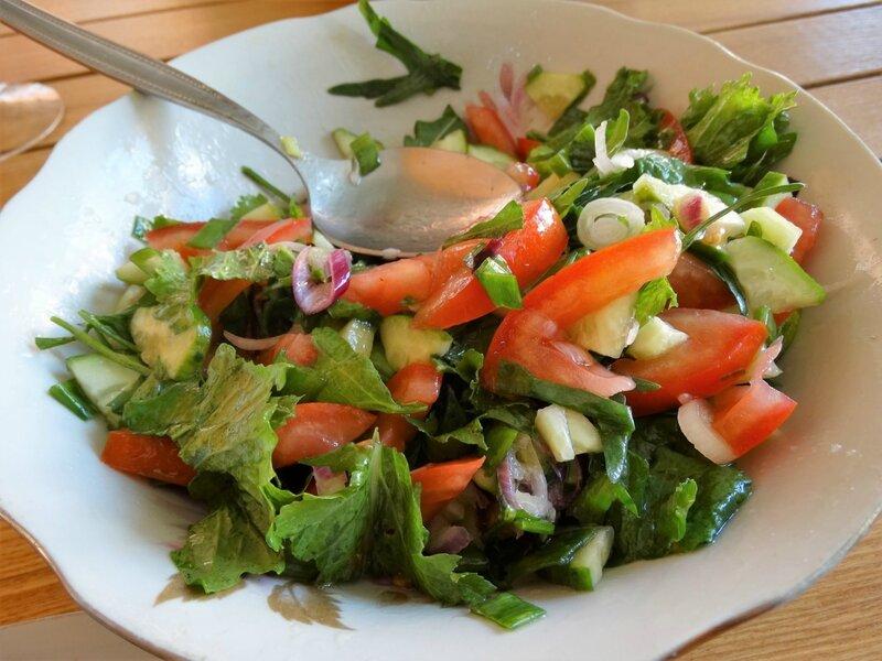Чёрный рис с креветками и салатом