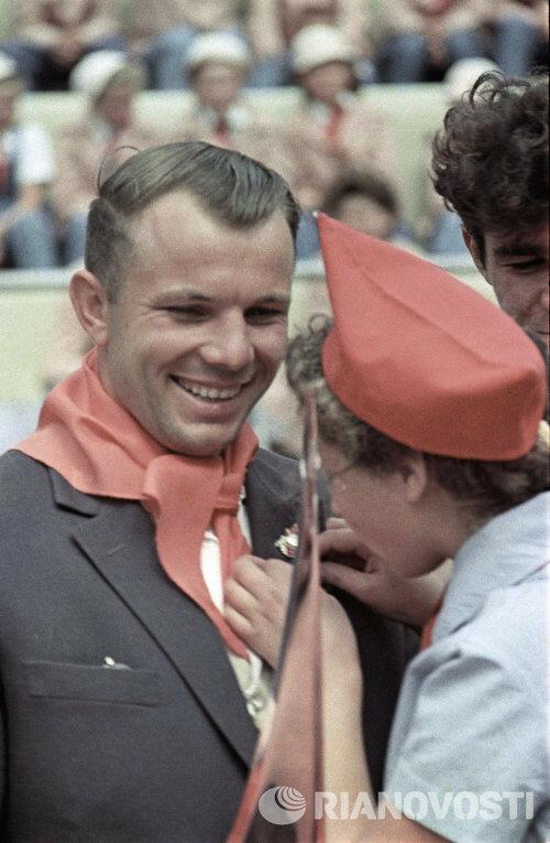 1963 год. Космонавт Юрий Гагарин в гостях у пионеров.jpg