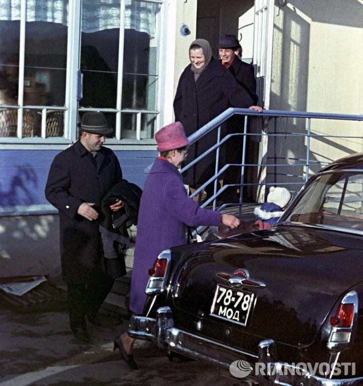 Юрий Алексеевич Гагарин с семьей в гостях у матери Александр Моклецов.jpg
