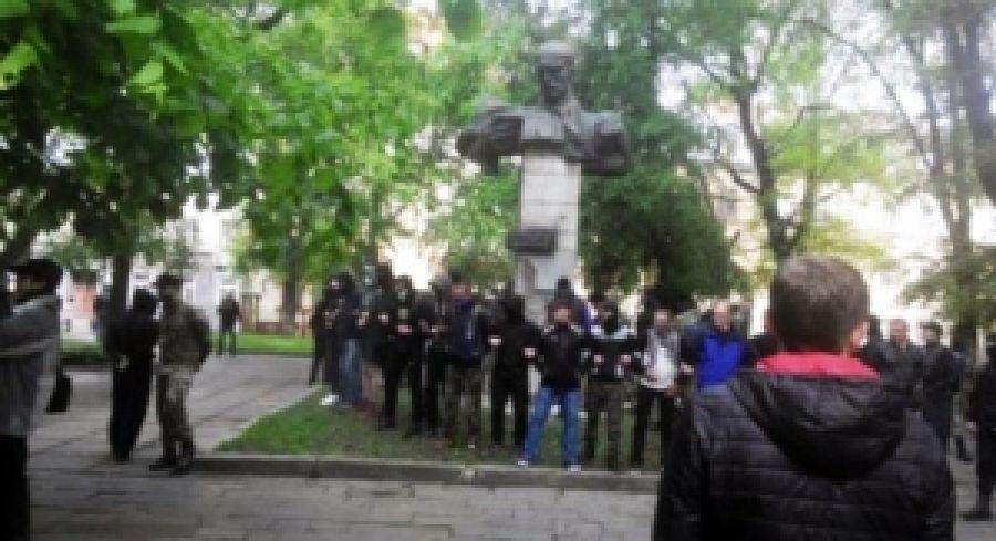 Драка во Львове через пам'памятник коммунисту. Слышу звон - не знаю где он
