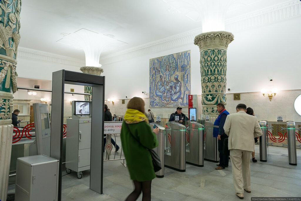 Обновлённый вестибюль по современным меркам выглядит несколько тесноватым