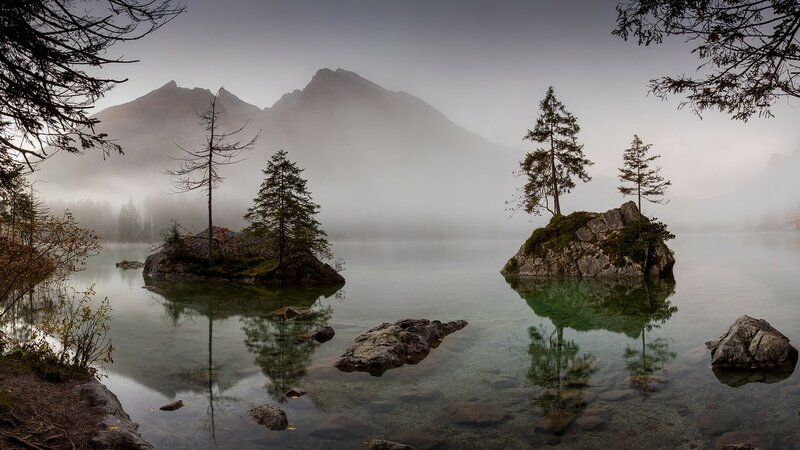 Над озером туман стелется.