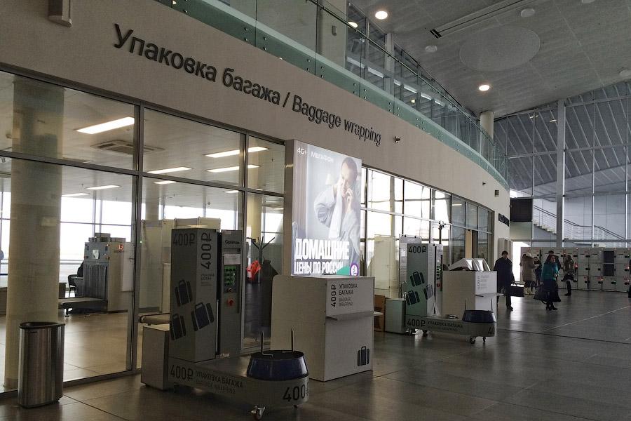 11. Зона досмотра, паспортный контроль и залы ожидания находятся на втором этаже, куда ведет ле
