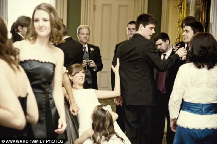 Маленькая девочка очень рада видеть невесту.