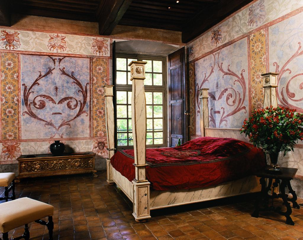 Франция. Замок Шато де Баньоль. Здание было построено в 13 веке. Стоимость номера за ночь — от ?