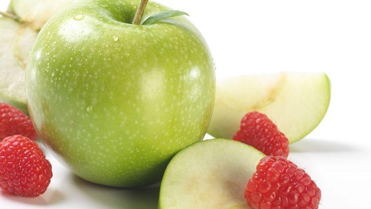 5. Яблоки и малина. Эти садовые продукты хороши тем, что усиливают возможности антиоксидантов против