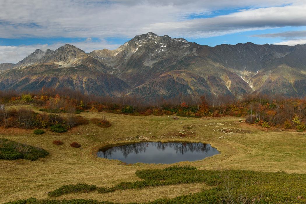Озеро Зеркальное на массиво Ачишхо, на заднем плане - Чугуш