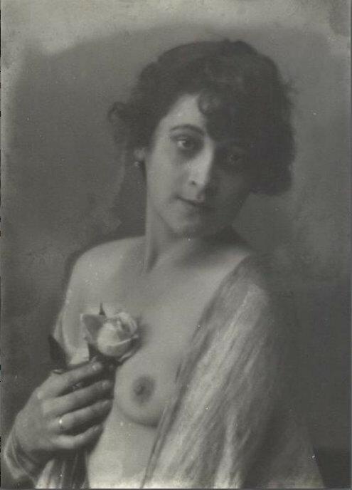 Портрет девушки с розой Гринберг..jpg