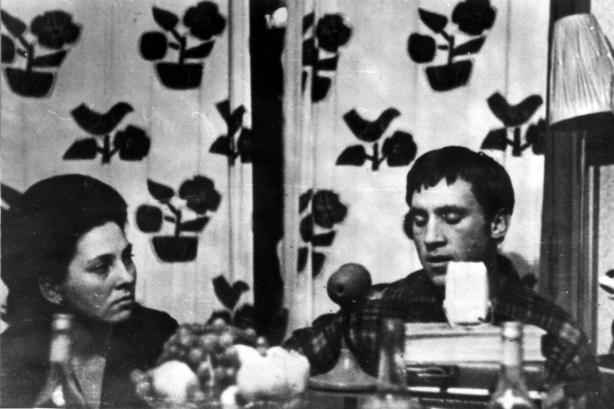 1963. Владимир Высоцкий и врач Ида Ивановна Шеметова в гостинице «Сибирь» г.Томска.  30 декабря