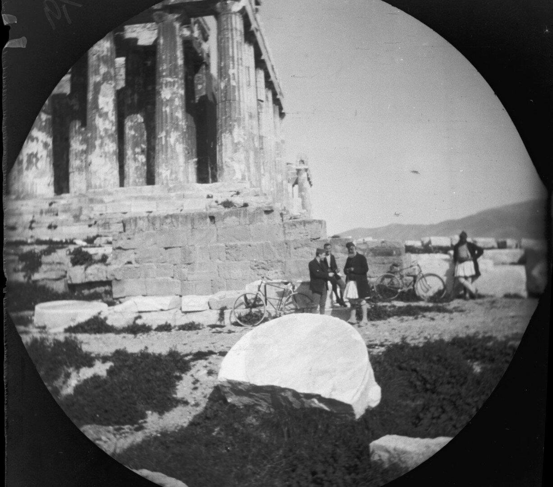 Том Аллен и Уильям Захтлебен с двумя охранниками греками рядом с Парфеноном