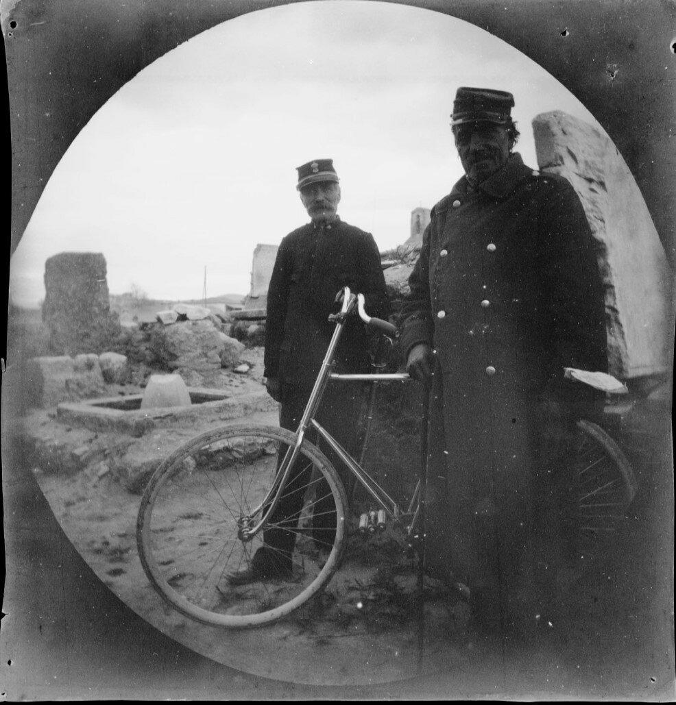 Два охранника на улице Гробниц