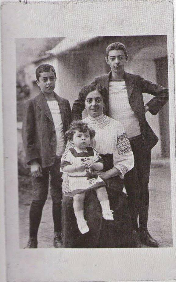 1914. Брассай с членами своей семьи