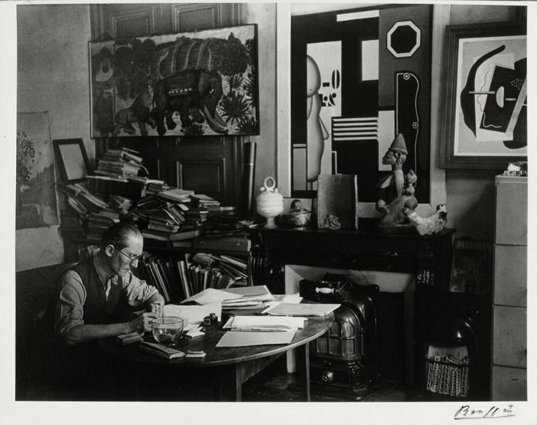 1931. Ле Корбюзье за столом в квартире на рю Жакоб