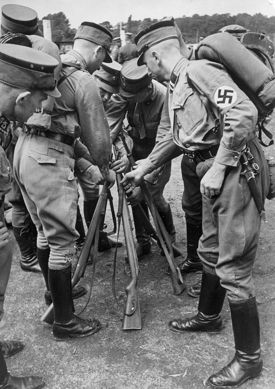 Гамбург.  Тренировка солдат SA. Создается пирамида из винтовок