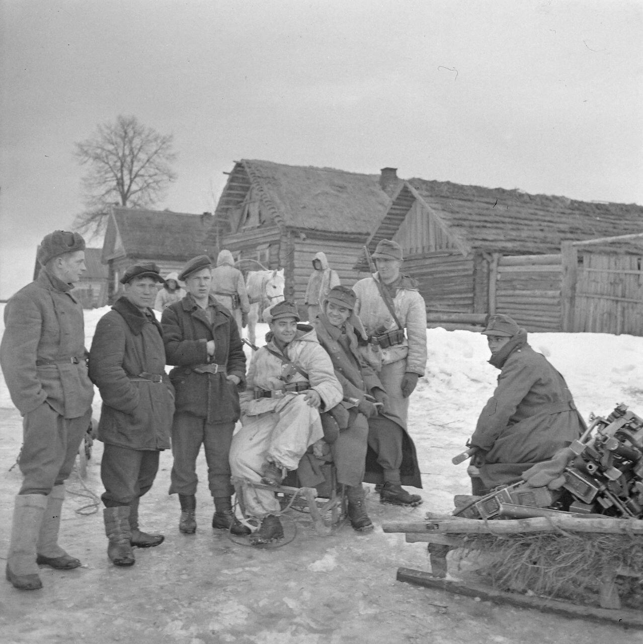 Немецкие солдаты в русской деревне