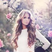 Девушка и розы