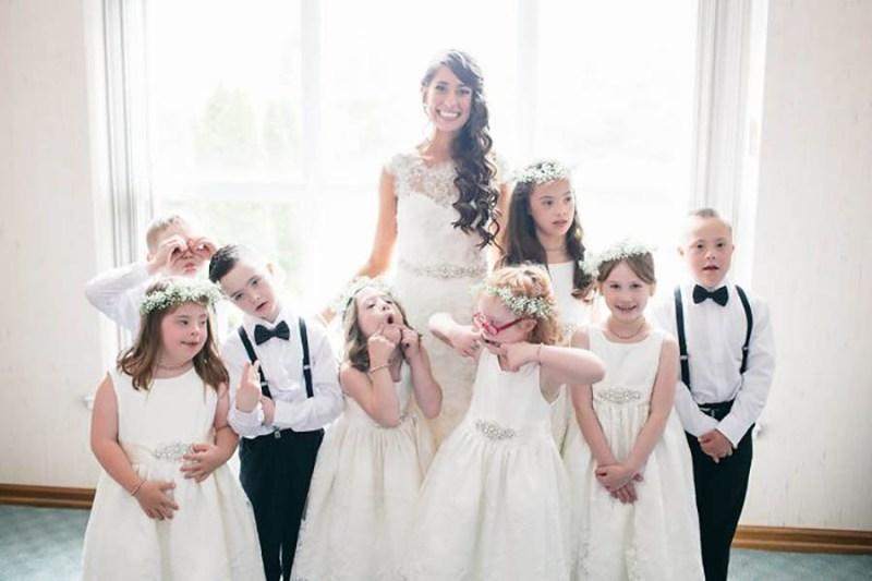 Ученики с синдромом Дауна погуляли на свадьбе у своей учительницы