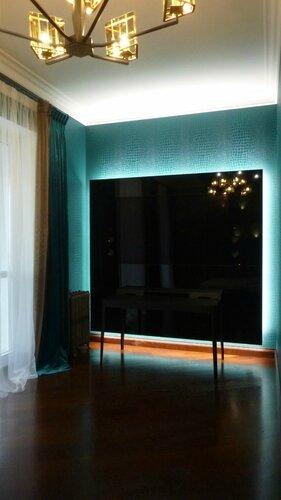 """спальня в стиле """"Версаче"""", телевизионный стеклянный портал с подсветкой"""