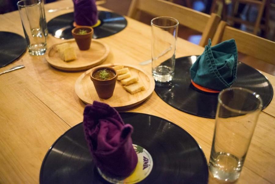1. Обычная сервировка для ресторана «Ciboulette Prive» в Каракасе. На столе небольшие глиняные горшо